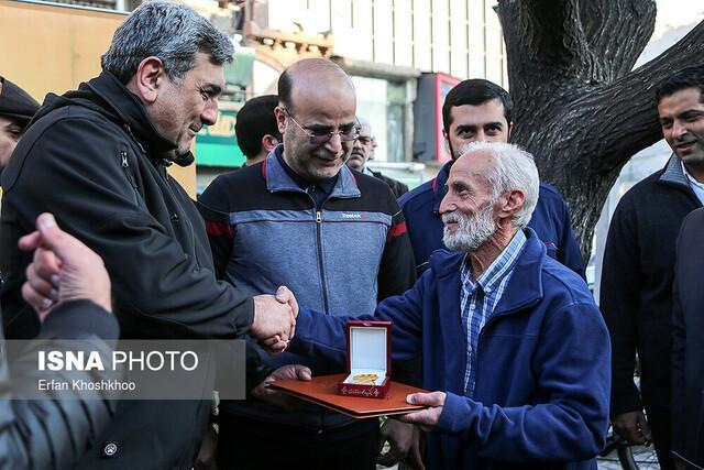 تقدیر شهردار تهران از راننده تاکسی امانت داری که 70 هزار یورو را به گردشگران برگرداند