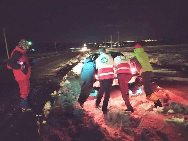 امداد رسانی به 108 خودروی گرفتار در برف و کولاک در آذربایجان غربی