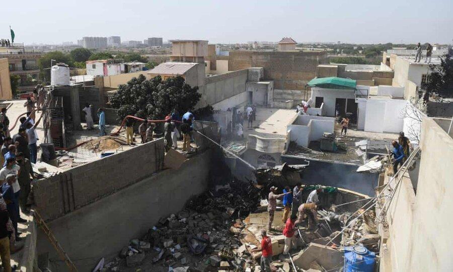 تازه ترین جزئیات سقوط هواپیمای پاکستانی ، آخرین مکالمه خلبان با برج مراقبت پیش از حادثه