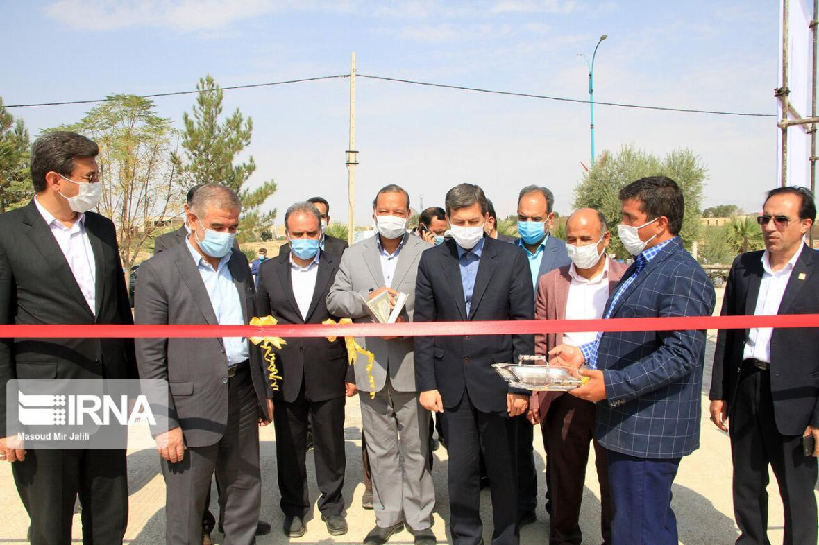 خبرنگاران معاون وزارت کشور 2 پروژه عمرانی را در شاهدیه یزد افتتاح کرد
